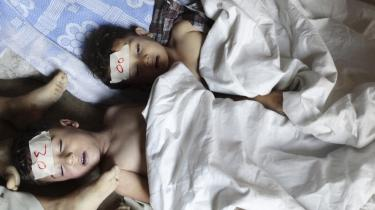 Syriske oprørere beskylder de syriske regeringsstyrker for at have slået i hundredvis af mennesker ihjel ved et gasangreb i en forstad til Damaskus i går. Præsident Bashar al-Assads regering afviser at have stået bag angrebet.