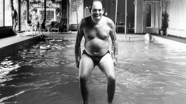 Stifteren af Fremskridspartiet (Z), advokat Mogens Glistrup bød pressen indenfor i sin private villa med swimmingpool i Lyngby i 1972. Det var efter, at han var blevet kendt i hele Danmark ved sin TV optræden som nul procent skatteyder.