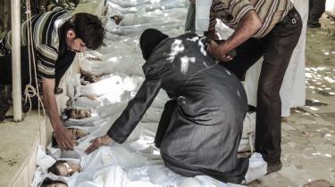 Et syrisk forældrepar bryder sammen ved synet af deres barns lig, der ligger ved en moské i Damaskus-bydelen Ghouta, der blev ramt af flere formodentlige giftgasangreb onsdag. Op mod 1.300 rapporteres at være blevet dræbt, hovedsageligt børn. Pressefoto viser utallige lig af børn og voksne med blå læber, skummende, hvide fråde ud af næsebor og mund, hvilket er nogle af tegnene på anvendt nervegas.
