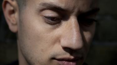 Rapperen Omar Offendum indtager scenen i Aalborg, Aarhus og København på Images Festival de næste to uger, men han vil ikke holde sig fra at bringe konflikten i Syrien på banen, men gør det dog heller ikke uden forbehold af fare for at kritik kan skade familien i Syrien.