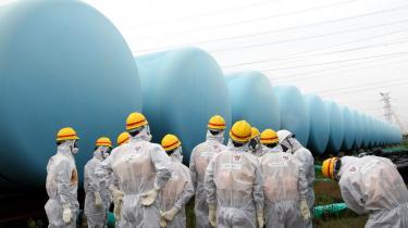 I sidste måned erkendte Tepco, at en anden vandtank havde lækket 300 ton radioaktivt vand. Det beskrev Japans nukleare agentur som en »alvorlig episode«. Det høje strålingsniveau rapporteret søndag understreger den fortsatte trussel mod miljøet, som Fukushima Daiichi udgør, og også de farer, som tusindvis af arbejdere udsættes for i deres forsøg på at nedkøle atomreaktorerne. Foto: Scanpix