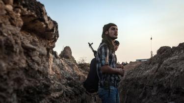 Hverken i USA eller EU er der indtil videre enighed om, hvorvidt man skal angribe Syrien militært. USA har den militære formåen, men det har EU ikke. Og det er et problem, for de europæiske lande kan ikke regne med, at USA har interesse i at komme dem til undsætning, hver gang der er behov for det, lyder advarslen.