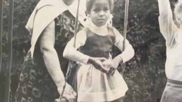 'Dødens adoptivmor' blev Lise Brems døbt i pressen, da hun og ægtefællen Ole Brems blev anklaget for at have mishandlet tre af deres ni adoptivbørn til døde. Blandt de overlevende er Iben (på gyngen), hvis biologiske forældre var en hvid tysk kvinde og en sort amerikansk soldat.   Privatfoto fra bogen
