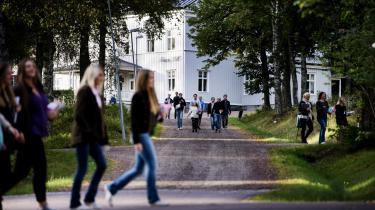 Ritual. Eleverne på kostskolen Lundsberg må overleve en nats overgreb for at få adgang til den svenske elites fællesskab. Når de voldelige ritualer en sjælden gang imellem har fundet vej til offentligheden, har de vakt skandale. Men eliten ønsker selv at bevare traditionen, som adskiller overklassen fra masserne.
