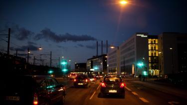 Vi kan ikke blive ved at bygge flere veje, hvormed der kommer mere trafik og flere og længere køer, mere forurening etc.