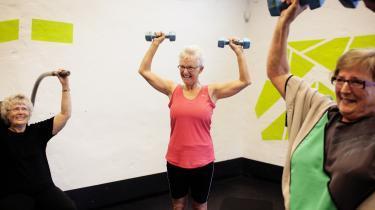 Ældre kræver at kunne dyrke motion. Fitness er blevet en folkesport, i takt med at de ældre bliver mere og mere aktive. Og mange fitnesscentrene er begyndt at satse på de ældre, som ofte kommer om formiddagen. Her cirkeltræning for seniorer i Fitness World i Herlev.