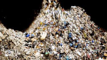 Danskerne er blevet for gode til at brænde affald af og for dårlige til at genanvende skraldet, og det skal der nu laves om på, mener miljøminister Ida Auken (SF).
