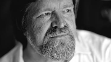 Anklageren har set for mange agentfilm, lød det i proceduren fra journalist Jørgen Dragsdahls forsvarer i går. Der falder dom i injuriesagen mellem ham og professor Bent Jensen den 25. oktober.