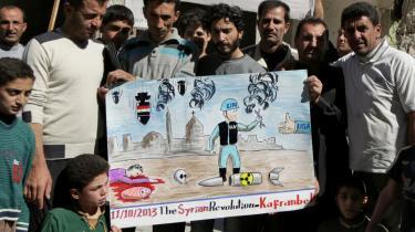 Syriske oppositionstilhængere hylder Organisationen for Forbud mod Kemiske Våben, OPCW, under en demonstration mod Assad-styret.