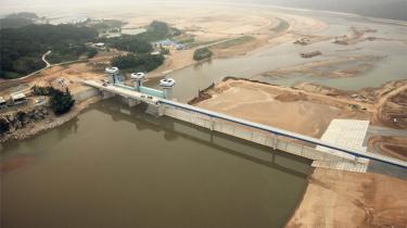 Den grønne vækststrategi, som GGGI med Lars Løkke Rasmussen som formand vil eksportere til u-lande, har ført til massive miljøødelæggelser i Sydkorea. Information har sammen med lokale aktivister besøgt de floder og vådområder, som nu er forvandlet til betonørken