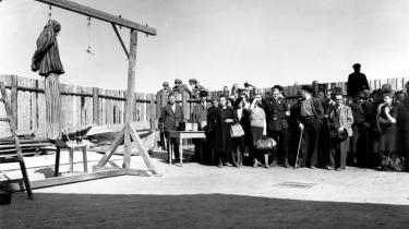 Grusomhed. Borgere fra den nærmeste tyske by på besøg i Buchenwald KZ-lejr efter dens befrielse.