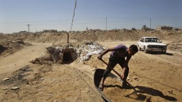 Siden det egyptiske militær i juli afsatte præsident Mursi med magt og indledte sin brutale undertrykkelse af Det Muslimske Broderskab, har militæret sat sig for at genvinde kontrollen over den anarkistiske Sinai-halvø, isolere Broderskabets allierede i nabolandet Gaza og standse den omfattende trafik af varer, våben og mennesker gennem tunnelerne under grænsen mellem Egypten og Gaza.