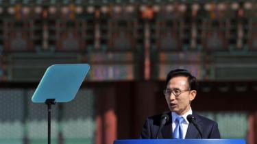 Arkitekten bag Sydkoreas 'grøn vækst'-strategi og GGGI, den tidligere præsident Lee Myung-bak, indledte sin karriere i landets magtfulde byggebranche – og nogle vil mene, at han aldrig forlod den. I 2008 blev han et globalt symbol på den nye grønne kapitalisme; i dag er hans eftermæle skæmmet af miljøkatastrofer, korruptions- og bestikkelsessager