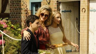 Gangsterhustruen, som spilles af Michelle Pfeiffer – hun og Robert De Niro er et godt par – er ikke en kvinde, man skal komme på tværs: Under et besøg i det lokale supermarked sladrer de andre kunder om hende, fordi hun er amerikansk, og hun ender med at brænde butikken ned. Foto: Scanbox