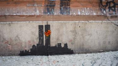 Den amerikanske forfatter Thomas Pynchon lader handlingen i sin nye bog, 'Bleeding Edge' foregå omkring årtusindskiftet med terrorangrebet på World Trade Center den 11. september 2001 i en hovedrolle. Her er det gadekunsteren Banksys seneste værk med netop 9/11-angrebet i New York som motiv.