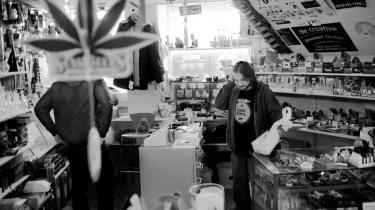 I sin grobutik i indre København sælger Thomas rygergrej og udstyr til at gro cannabis. Kunden her køber en sæk 'hydro clay' og en såkaldt lukkehane.
