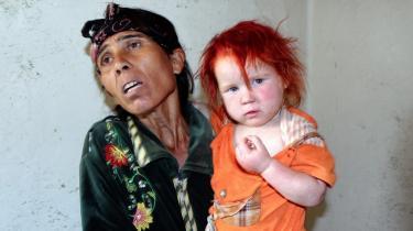 Den 38-årige bulgarske Sasha Ruseva fra byen Nikolaevo i Bulgarien er blevet verdenskendt for nu at stå frem og forklare, at hun af nød har sat den blonde Maria i pleje i Grækenland, da hun har i alt otte børn. DNA-prøver afgjorde i går, at hun er den biologiske mor. Hun har tre andre meget blonde børn, som hun selv kalder albinoer.