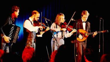 Den gamle garde inden for dansk folkemusik har fået selskab af en ung generation, der er i gang med at genopdage dansk musiks rodnet på deres helt egne præmisser
