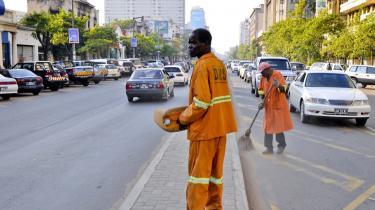Deloittes præsenterer Mozambique som eksempel på, hvordan selskaber kan investere i et afrikansk land og efterfølgende udgå at betale skat i landet ved at oprette et skuffeselskab på Mauritius. Gadefejere på gaden i hovedstaden Maputo i  Mozambique.