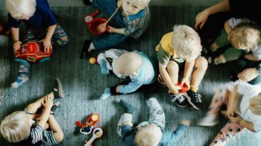 I Danmark har den pædagogiske småbørns-forskning lav status, og hvis de få forskere, der er på området, formaster sig til at sige, at det er svært at se, hvad børn under to år får ud af at være i et pasningstilbud, overhøres de eller sættes hårdt på plads.
