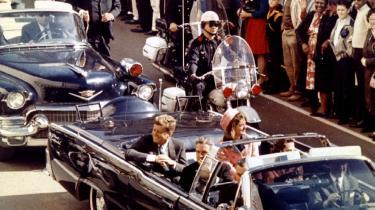 Præcis for 50 år siden: Præsident John Kennedy hyldes i Dallas, Texas. Kort efter lød skuddene. Gåden er stadig: Hvor mange – og hvorfra? I sædet foran præsidenten ses Texas-guvenør John Connally, der blev påført tre skudsår.
