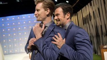 Andreas Jebro og Martin Bo Lindsten skaber en skøn dobbeltmand i Aalborg Teaters 'Clavigo', når de synkronsnakker og synkronbladrer avisen som magtmanden, der gladelig skubber deres kærlighedshungrende kæreste (Amalie Dollerup) af vejen for at score chefjobbet.