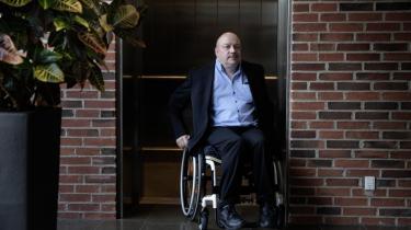 Da Lars Bremer endte med at klage til Ombudsmanden over kommunes smøl med at give ham det, han havde krav på som kørestolsbruger, kom der skred i sagen. Så blev han kaldt til et møde på rådhuset med kaffe og kage.