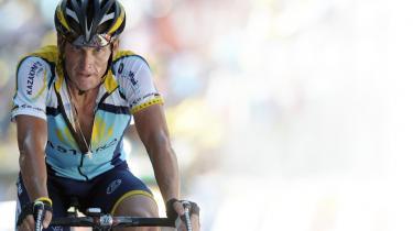 Slået. Få kilometer fra målet i Verbier under den 15. etape på Tour de France i 2009 må Lance Armstrong se sig slået af Contador, som pludselig fløj forbi ham op ad bjerget.