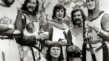 Eric Idle, Michael Palin, John Cleese, Terry Gilliam, Terry Jones og Graham Chapman i  filmen Monty Python and the Holy Grail fra 1975.