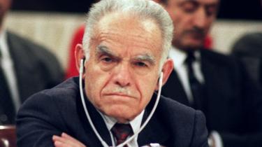 Fredsforhandlinger indledes Fredsforhandlinger indledes i Madrid efter USA's Kuwait-krig mod Irak. Den israelske premierminister Yitzhak Shamir lytter med armene over kors. Der blev påbegyndt forhandlinger om våbenkontrol, sikkerhed, vand og flygtninge.