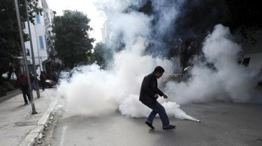 Tunesiens diktator, Ben Ali, gjorde brug af dansk overvågningsteknologi i jagten på dissidenter. Her forsøger en demonstrant at fjerne en tåregasgranat under optøjer i januar 2011.