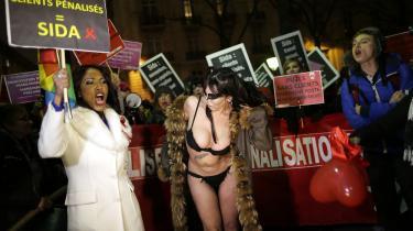 I Frankrig har lovgivningen mod købesex medført demonstrationer – her i Paris den 4. december. Foto: Reuters