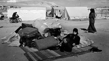 Her er staten ikkeeksisterende, og tilværelsen reguleres af magtfulde klaner, som selv Hizbollah omgås med forsigtighed. Mens den syriske borgerkrig har hærget, er antallet af smuglerier, bortførelser og billige syriske brude vokset. Lasse Ellegaard er taget til Bekaa-dalen i Libanon og har skabt syv scener derfra