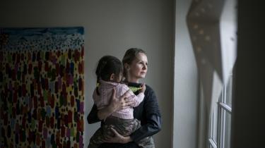 Mette Kofoeds datter er født af en rugemor i Indien. Dansk lovgivning betragter den fødende kvinde som mor, derfor kan hun ikke kalde sig sit barns juridiske mor.