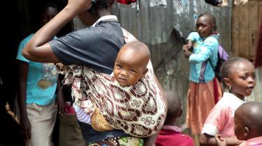Kronikøren mener, det er en fornærmelse mod hendes og andre medadoptanters forældreevner, når der ensidigt fokuseres negativt på adoption. En etiopisk kvinde med barn i slumkvarteret Mathare i Addis Ababa i Etiopien.