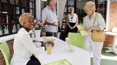 Forfatteren NoViolet Bulawayo voksede op i Zimbabwe, men har levet det meste af sit voksne liv i USA. Hun er en af de såkaldte afropolitanere og er samtidig den første sorte, afrikanske kvinde, der er nomineret til den prestigefyldte Booker-pris for sin roman 'We Need New Names'.