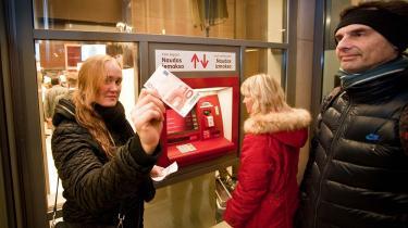 Letlands befolkning stiller sig skeptisk over for den nye valuta. De seneste meningsmålinger har vist, at et klart flertal af letterne er imod at give afkald på deres lats, og at kun en femtedel af dem er ubetinget for euroen. Foto: Scanpix