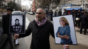 Kritik. En tyrkisk journalist demonstrerer i Ankara med portrætter af den amerikanske journalist Marie Colvin and den franske fotograf Remi Ochlik. De blev begge dræbt, da de dækkede borgerkrigen i Syrien i 2012. Avaaz har fået kritik for sin rolle i forbindelse med Colvins død.