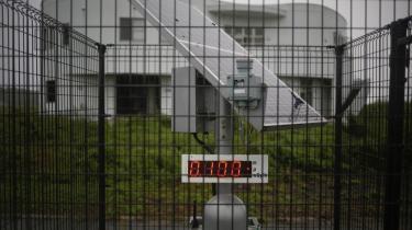 Strålingsniveauet måles ved en bygning i den forladte by Namie, der ligger cirka 10 kilometer fra det havarerede atomkraftværk Fukushima Daiichi.