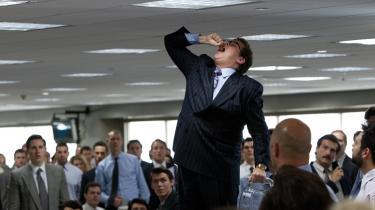 Det er en evig fest på kontoret hos Jordan Belforts (Leonardo DiCaprio) Stratton Oakmont. Her er Belforts partner, Donnie (Jonah Hill), ved at spise en guldfisk.