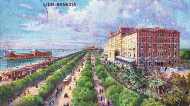 I Thomas Manns  'Døden i Venedig' indlogerer Gustav Aschenbach sig på Grand Hotel des Bains i Venedig og betages ikke kun af hotellets smukke sandstrand.