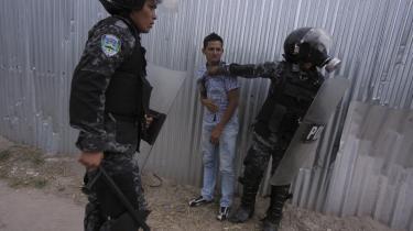 Protesterende bønder fra Bajo Aguán-regionen støder sammen med politiet under en demonstration. Over 100 er blevet dræbt i regionen, og menneskeretsorganisationer og lokale beskylder militær og politi for at stå bag et samarbejde med private sikkerhedsfolk, hyret af rige oliepalmeproducenter.