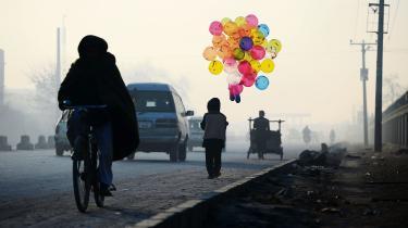 Forfatteren Carsten Jensen overser konsekvent de lyspunkter, der faktisk er i Afghanistan, mener projektforsker David Vestenskov. Denne afghanske dreng går i skole og sælger balloner på Kabuls gader i sin fritid.