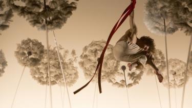Livet bliver større, og sorgen bliver mindre, når 'La Verità' tilbyder en flyvedans mellem Dalís mælkebøttefrø sammen med Compagnia Finzi Pascas poetiske akrobater i Tivoli.