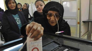 En ældre kvinde afgiver sin stemme i den egyptiske by Luxor. Den nye forfatning ventes at få stort flertal
