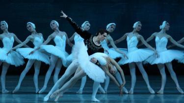 Så er Mariinskij Balletten i København med en version af 'Svanesøen', hvor ondskaben er tydelig – og hvor armene stadig er vigtigere end psykologien. Heldigvis