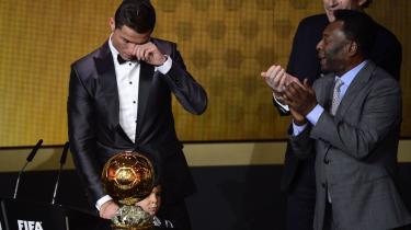 Hyldest. Det var bevægende, da Cristiano Ronaldo mandag aften blev hædret som årets fodboldspiller 2013. Ronaldo fældede en tåre. Pele (t.h) var rørt. Selv FIFA-bossen Sepp Blatter glemte sine hårde ord om Messi og Ronaldo.