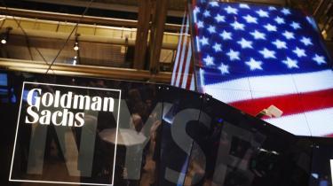 Skønt PensionDanmark angiveligt bød højere, valgte regeringen at indgå en aftale med den berygtede amerikanske investeringsbank Goldman Sachs. Samtidig er DONG's kurs sat meget lav, hvilket har  overrasket udenforstående observatører.