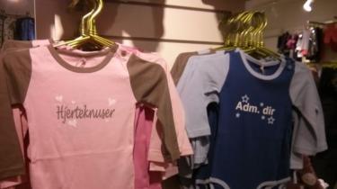 Disse kønsstereotype bodyer til babyer er de mest solgte i Best-sellers butikker. 'Der står jo ikke nogle steder, at man ikke må give en pige en blå body på, vel?' siger Bestsellers pressechef, Heidi Bonnet .