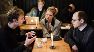 I følge Mikkel Frantzen, Asta Olivia Nordenhof og Rasmus Halling Nielsen indgår en ny generation af forfattere ikke bare i litterære fællesskaber for hyggens skyld. »Interessen er ikke nødvendigvis bare at finde ud af, hvordan litteraturen skal organisere sig under de her nye omstændigheder, men også: Hvordan kan man tænke livsformer i en situation, hvor forestillingen om staten er i opbrud?« siger Asta Olivia Nordenhof.